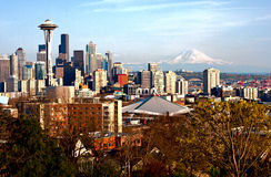 Seattle linia horyzontu z górą Dżdżystą Zdjęcia Royalty Free