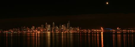 Seattle linia horyzontu z zaćmieniem obraz stock