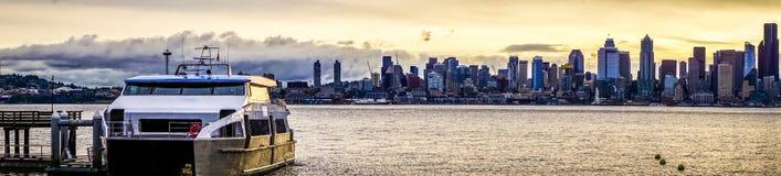 Seattle miasta linii horyzontu wczesny poranek z watercraft w przedpolu fotografia royalty free