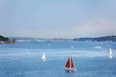 Seattle mit der Montierung regnerischer lizenzfreies stockbild