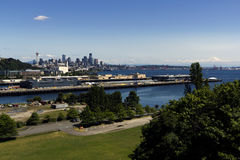 Seattle, Mt. Rainier. A view of Seattle downtown and mount Rainier in a nice and sunny day Royalty Free Stock Images