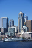 Seattle nabrzeża linia horyzontu, z promem Fotografia Royalty Free
