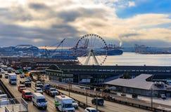 Seattle nabrzeże z Wielkim kołem i Puget Sound na chmurnym dniu obraz stock