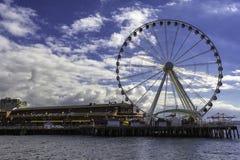 Seattle observationshjul på en pir med restauranger royaltyfri bild