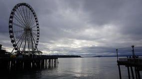 Seattle onder de donkere wolken stock foto's