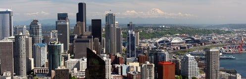 Seattle - Panorama van van de binnenstad, Mt. Regenachtiger Stock Foto