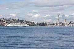 Seattle-Platz-Nadel und Puget- Soundfähre Stockbilder