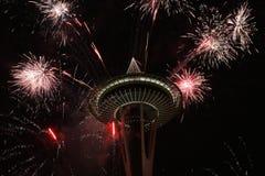 Seattle-Raum-Nadel mit Feuerwerken in der neues Jahr-Nacht Lizenzfreies Stockfoto