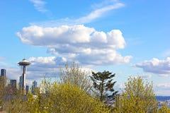 Seattle-Raum-Nadel unter den Wolken an einem Frühlingsnachmittag Stockfotos