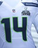 Seattle Seahawksteam eenvormig met het embleem van Super Bowl XLVIII tijdens de week van Super Bowl XLVIII in Manhattan wordt voor Royalty-vrije Stock Afbeeldingen