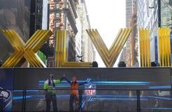 Seattle Seahawlks en Denver Broncos-ventilators die voor beeld naast Roman Numerals op Broadway tijdens de week van Super Bowl ste Stock Afbeeldingen