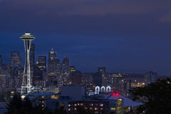 Seattle-Skyline an blauer Stunde 2 stockfotos