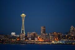 Seattle-Skyline an der blauen Stunde - die Ansicht von Alki Beach Stockfotografie
