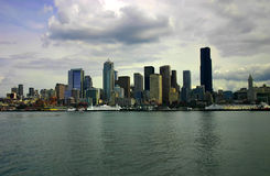 Seattle-Skyline mit angekoppelter Fähre Stockbild
