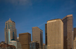 Seattle-Skyline mit blauem Himmel Lizenzfreie Stockfotos