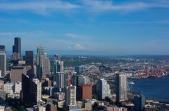 Seattle-Skyline mit der Montierung regnerischer stockbilder