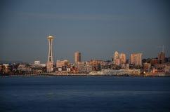 Seattle-Skyline nach dem Sonnenuntergang - die Ansicht von Alki Beach Stockbilder