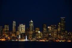 Seattle-Skyline nachts - die Ansicht von Alki Beach Lizenzfreie Stockfotos