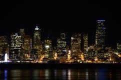 Seattle-Skyline nachts - die Ansicht von Alki Beach Stockfotos