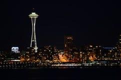 Seattle-Skyline nachts - die Ansicht von Alki Beach Lizenzfreies Stockfoto
