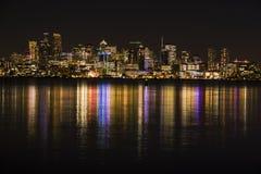 Seattle-Skyline nachts reflektierend in Lake Washington lizenzfreie stockfotografie