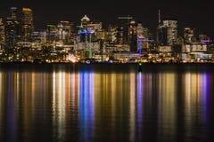 Seattle-Skyline nachts reflektierend in Lake Washington lizenzfreies stockfoto