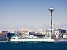 Seattle-Skyline, Platz-Nadel und Fähre Lizenzfreie Stockbilder