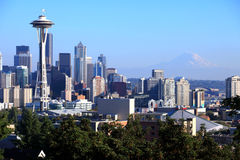 Seattle-Skyline u. Mt. regnerischer, Staat Washington. Lizenzfreies Stockfoto