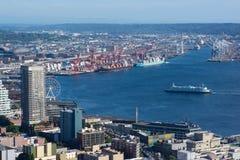 Seattle-Skyline und -hafen mit großem Rad und Fähre lizenzfreies stockfoto