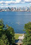 Seattle-Skyline und -Kayakers stockfotos