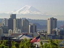 Seattle-Skyline und Mt regnerischer lizenzfreie stockfotografie