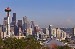 Seattle-Skyline und Mt regnerischer Lizenzfreie Stockbilder