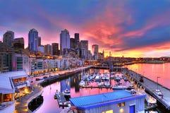 Seattle-Skyline und Ufergegend im Sonnenaufgang Lizenzfreie Stockfotos