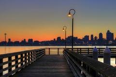 Seattle-Skyline vom Pier am Sonnenaufgang Lizenzfreie Stockbilder