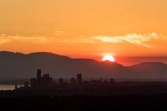 Seattle-Skylineschattenbild während des goldenen Sonnenuntergangs lizenzfreies stockfoto