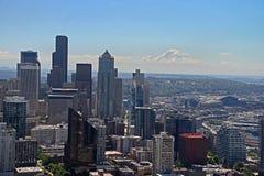 Seattle skyskrapor med Mount Rainier Fotografering för Bildbyråer