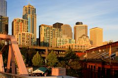 Seattle som är i stadens centrum på solnedgången Arkivfoton