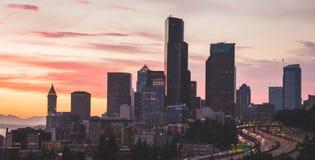 Seattle stads- och motorvägsikt under färgrik himmel Arkivbild