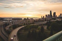 Seattle stads- och motorvägsikt under färgrik himmel Royaltyfria Bilder