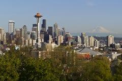 Seattle stadshorisont i fjädertid Arkivfoto
