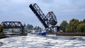 SEATTLE STATEN WASHINGTON, USA - OKTOBER 10, 2014: Hiram M Chittenden lås och stångklaffbro - Salmon Bay Bridge Arkivbild