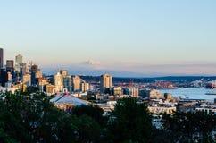Seattle strandhorisont & Mount Rainier royaltyfri fotografi