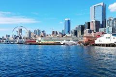 Seattle strandpir 55 och 54. Centra beskådar från färjan. Arkivfoto