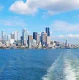 Seattle strandpir 55 och 54. Centra beskådar från färjan. Arkivfoton