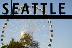 Seattle tecken och det stora hjulet Royaltyfri Fotografi