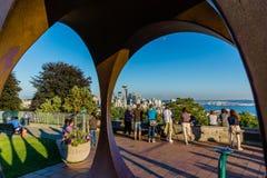 Seattle turister som tar bilder på skymning Arkivfoton