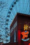 Seattle-Ufergegend-Restaurant und Riesenrad Stockfoto