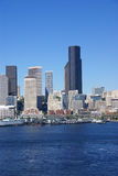 Seattle-Ufergegend-Skyline, mit Fähre Stockfotos