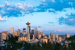 Seattle van de binnenstad met gesneeuwd zet Regenachtiger in de rug op stock foto's