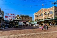 Seattle, vereinigte erwachsene Frau mit den Kindern, welche die Straße vor dem berühmten allgemeinen Markt kreuzen lizenzfreie stockbilder